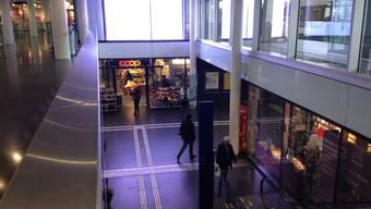 Weil einer der Jugendlichen nicht wusste wie er sein Zug erreichen soll, sprang er vom Obergeschoss über das Geländer.
