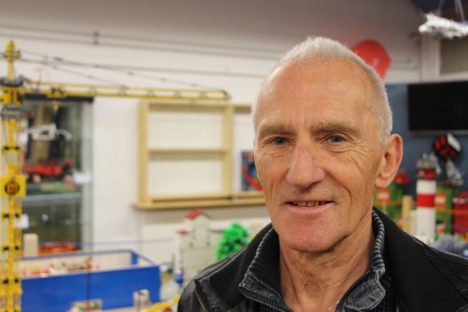 Ernst Kengelbacher von der Erlebniswelt Toggenburg ist selber auch fasziniert von Lego. (Bild: FM1Today/Noémie Bont)