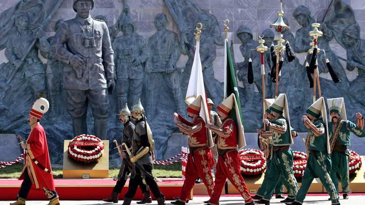 Der Jahrestag der Schlacht von Gallipoli wird in der Türkei mit einer Parade gefeiert.