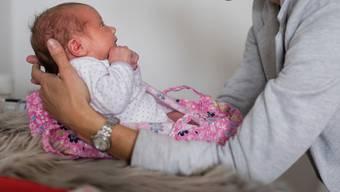 Neugeborene im Geburtshaus statt im Spital zur Welt zu bringen ist in der Region Basel ein Trend.