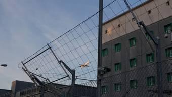 Vor dem Flughafengefängnis parkierten die drei Kleinkriminellen ihr Auto. (Symbolbild)