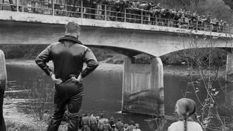 Suche nach der Leiche Peter Stadelmanns bei der Brücke zwischen Birmenstorf und Mülligen (AG).