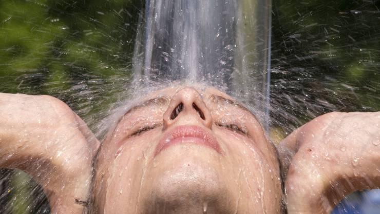 Mit der neuen Duschbrause der Umweltfachstelle Aarau sollen die Einwohner der Stadt Energie einsparen.