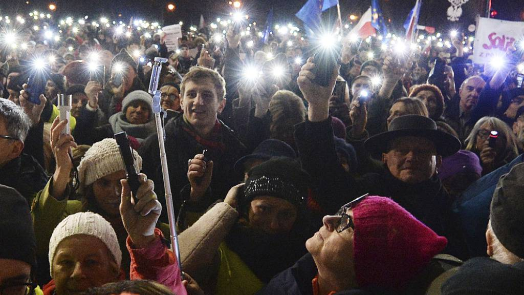 Tausende demonstrieren für suspendierten Richter