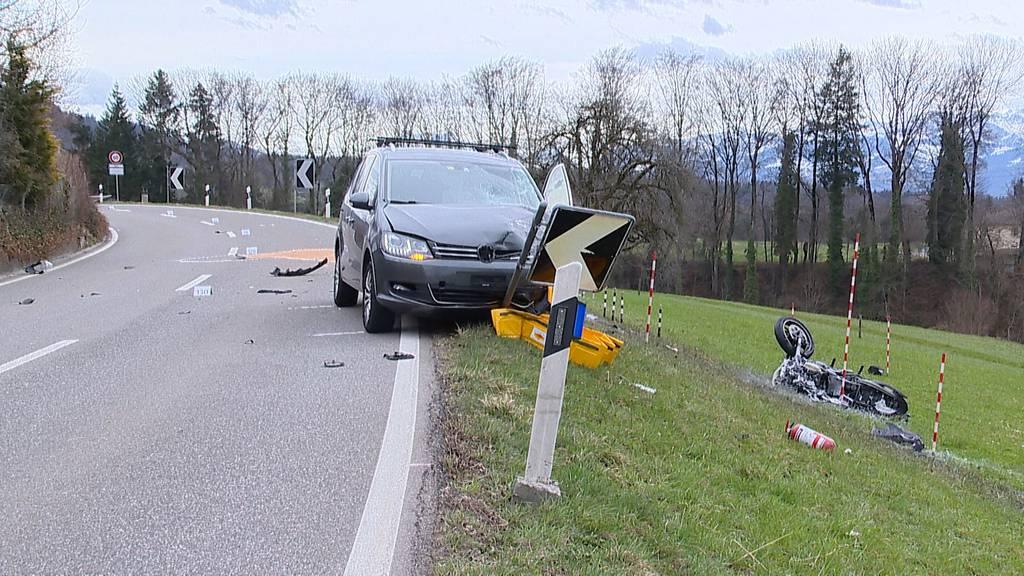 Frontalkollision in Dürnten (ZH): 23-jähriger Motorradlenker schwer verletzt