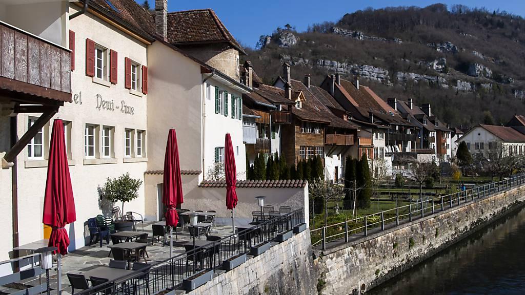 Im Kanton Jura müssen Restaurants neu bereits bereits um 22 Uhr schliessen.