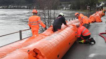 Bei akuter Hochwassergefahr werden in Wallbach Beaverschläuche aufgebaut.