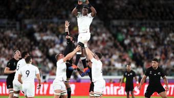 Englands Maro Itoje fängt den Ball nach einem Einwurf in die Gasse.