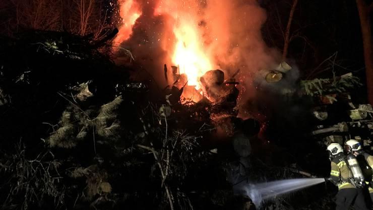 Unbekannte haben am Samstagabend im Wald oberhalb vom Bellacher Weiher einen Haufen Baumstämme in Brand gesetzt.