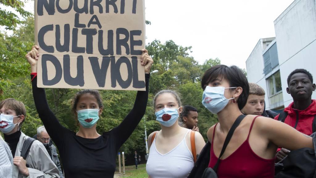 In Genf protestierten vergangene Woche Dutzende Schülerinnen und Schüler gegen die Kleiderordnung an Sekundarschulen.