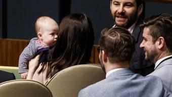 Neuseelands Premierministerin Jacinda Ardern hält ihre Tochter Neve neben ihrem Partner Clarke Gayford an einer Veranstaltung während der Uno-Vollversammlung in New York.