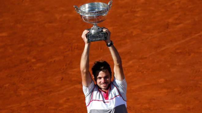 Auf dem Court immer mit Vollgas unterwegs: Stan Wawrinka, der hier den Siegerpokal von Roland Garros stemmt. Foto: Keystone
