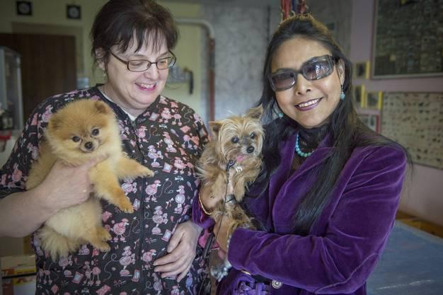 Seit zehn Jahren geht Gipsy zur Hundecoifeuse Lotti Diarra-Hugentobler (links).
