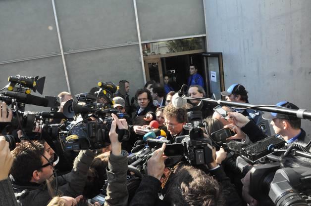 Der Vater von Lucie gibt den Medienvertretern Auskunft