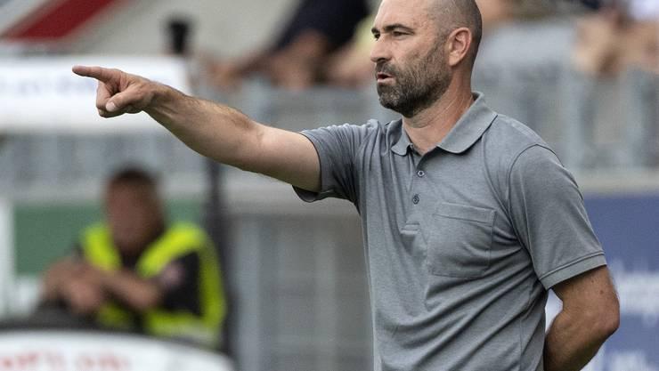Der neue Xamax-Trainer Joël Magnin lässt mit 5 Verteidigern spielen.