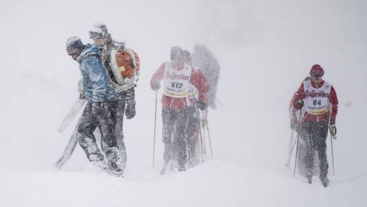 Pistenarbeiter kämpfen bei der Langlauf-Schweizermeisterschaft auf der Gerschnialp ob Engelberg OW gegen den Schnee.
