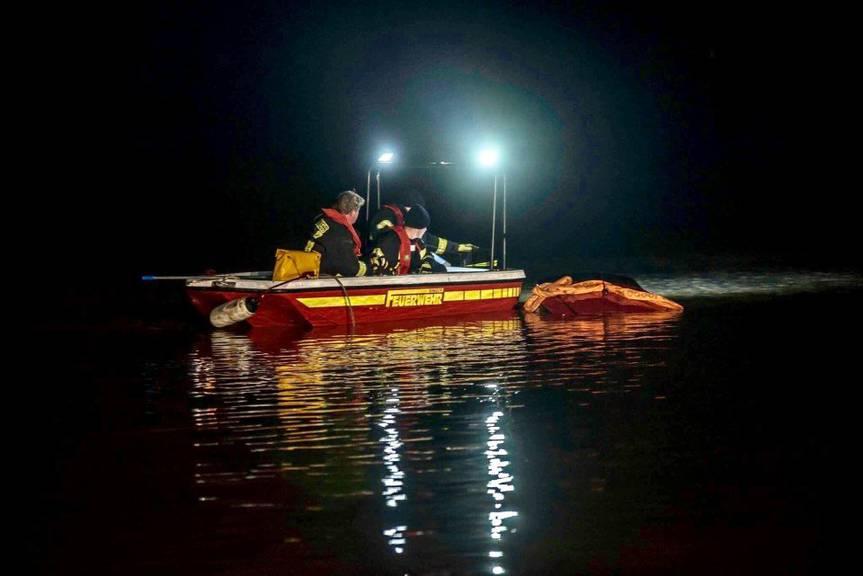 Die Feuerwehr ging mit einen Boot zu Wasser und befestigte ein Stahlseil an dem Suzuki. © Kreisfeuerwehr Verband Leer e.V.