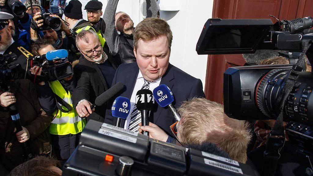 Die Opposition forderte die Abstimmung, nachdem der Name des liberalen Regierungschefs Gunnlaugsson (Mitte) in den Panama Papers auftauchte.