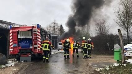 Einsatzkräfte der Feuerwehren Herznach-Ueken und Frick konnten den Brand rasch löschen.