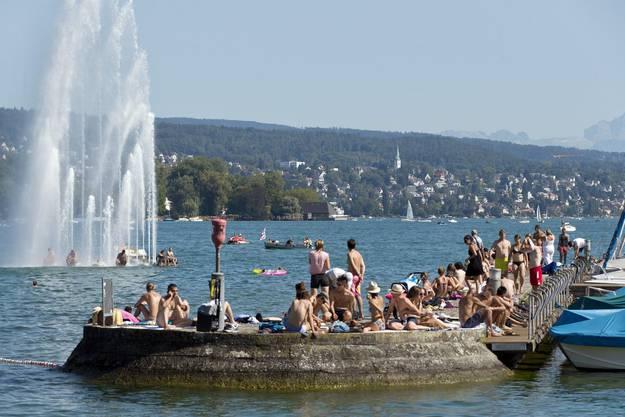 Zu Hunderten tummeln sich die Badefreudigen am Zürichseeufer.