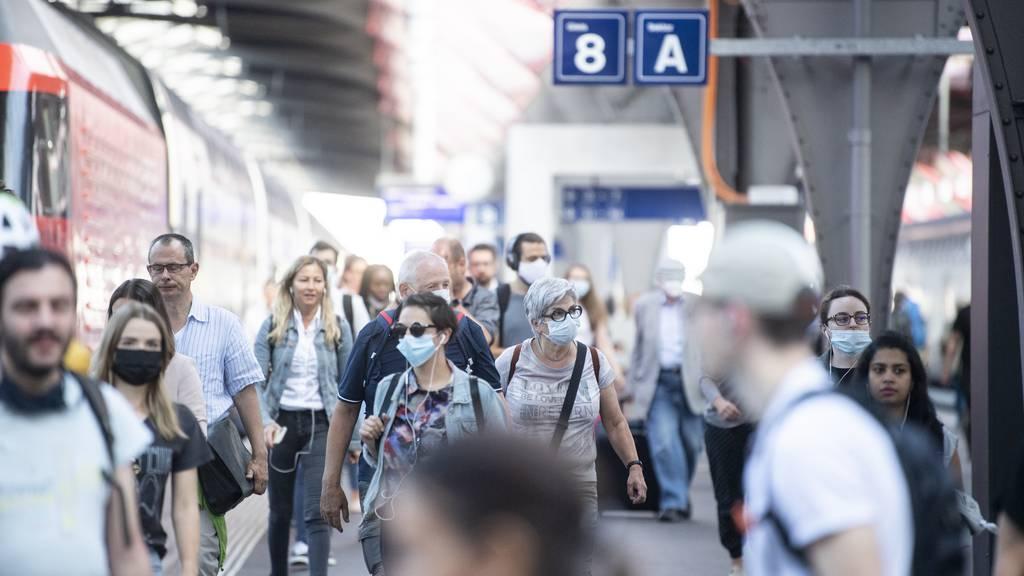 Die Maskenpflicht im öffentlichen Verkehr hat gemäss dem Bericht maximal einen kleinen Effekt auf den Anstieg der Fallzahlen.