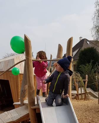 ...und eine Schaukel. Somit bietet der neue Spielplatz alles, was Kinderherzen begehren.