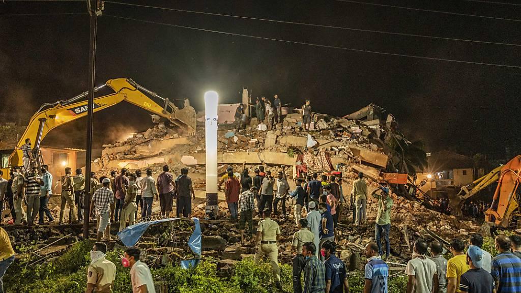 Rettungskräfte suchen nach dem Einsturz des Wohngebäudes in Mahad nach Überlebenden. Foto: Uncredited/AP/dpa
