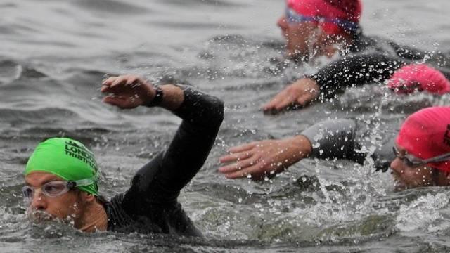 Jenson Button (links) auf der Schwimmstrecke