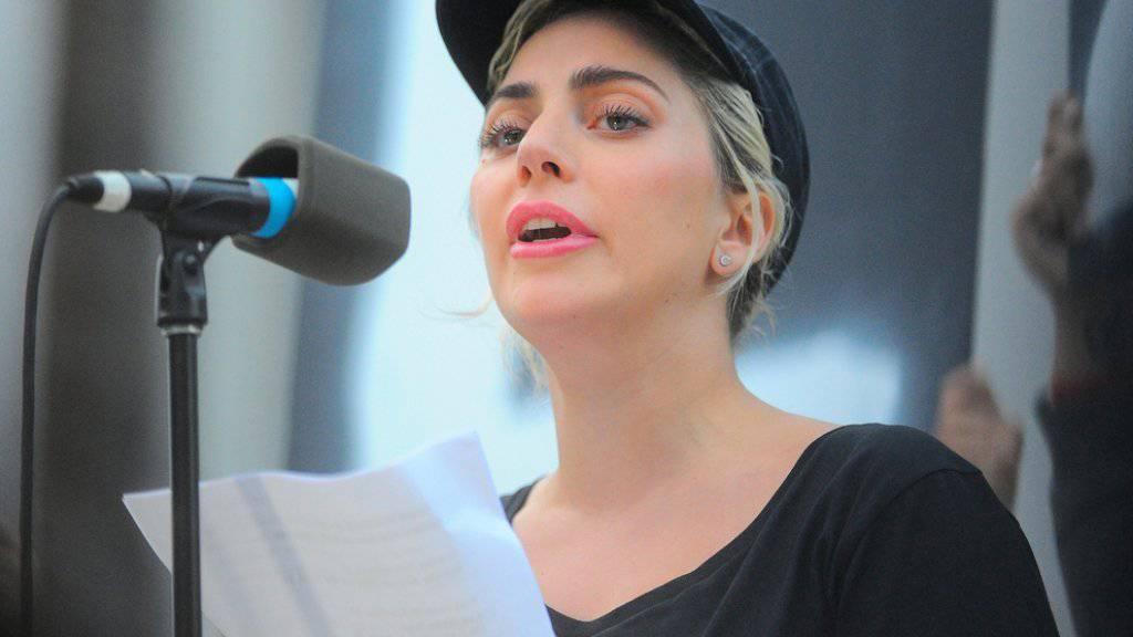 Tief erschüttert: Nachdem US-Popstar Lady Gaga kurz nach dem Orlando-Attentat schon die Namen der Opfer vortrug (Bild), ruft sie nun mit anderen Promis dazu auf, das Blutvergiessen zu stoppen. (Archiv)