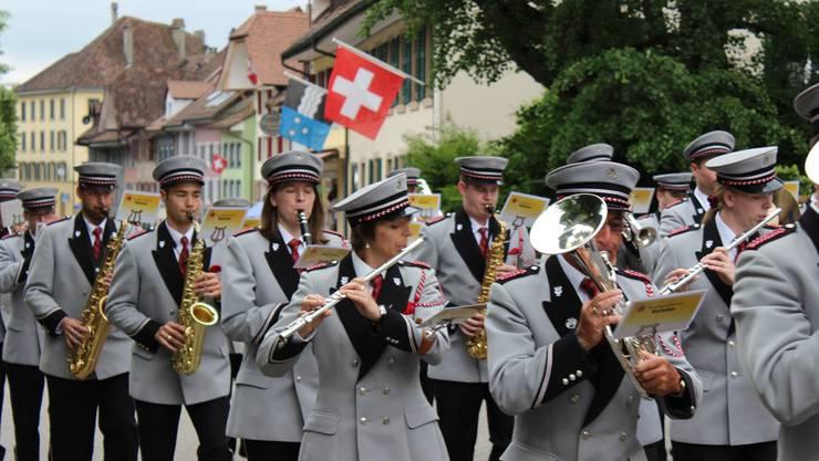 Die Marschdisziplin erfordert volle Konzentration von jedem einzelnen Mitwirkenden: Musikgesellschaft Kaisten 2014 an einem Paradewettbewerb. mgk