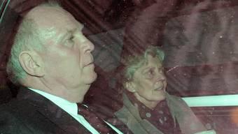 Hoeness verlässt nach dem Urteil das Gericht mit seiner Frau.