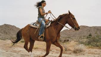 Melanie Winiger reitet gern. Das ist aber für sie noch lange kein Grund, ihr Pferd Mackellar aus Australien in die Schweiz zu holen. Hier würde die Stute eingehen, sagt Winiger, weil sie nicht mehr so viel Auslauf hätte. Das sei wie bei Menschen: Wenn man etwas liebe, müsse man es frei lassen. (zVg)