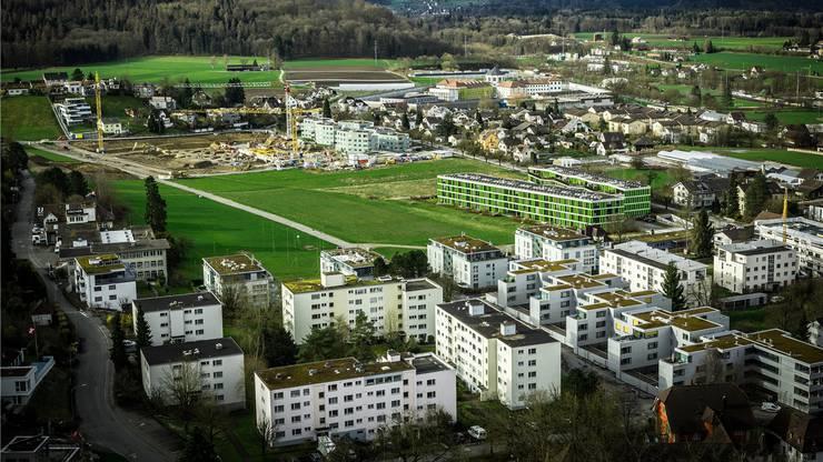 Ende März 2015: Blick vom Schloss Lenzburg auf die Bautätigkeit entlang der Ammerswilerstrasse. Chris Iseli