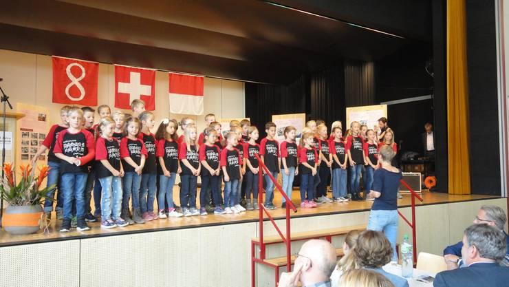 Der Schülerchor Laupersdorf (Leitung: Michèle Ackermann), begleitet von der Schülerband (Leitung: Walter Vonarburg) bereicherte den Festakt mit einer musikalischen Zeitreise.