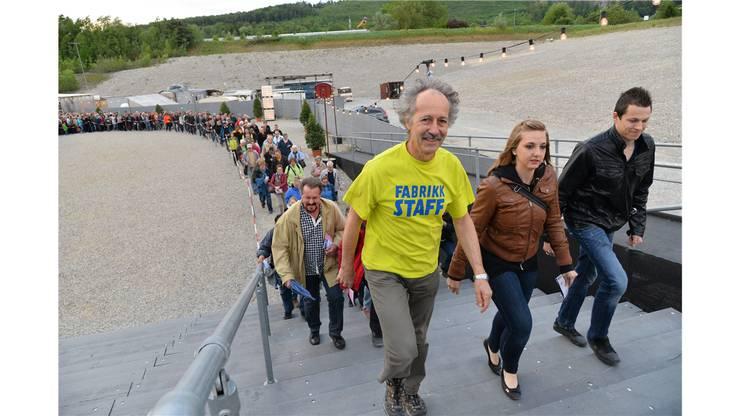 Ernesto Graf, Gründungsmitglied von Karl's kühne Gassenschau, führt die Besucherschar an.
