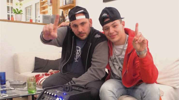 Raffaele de Pasquale (l.) alias «Ruff» und Nadir Amir alias «Limmitt» gewinnen mit ihrem Song «Goldige Vorhang» den Jugendwettbewerb der Caritas Zürich in der Kategorie Musik. Carla Stampfli