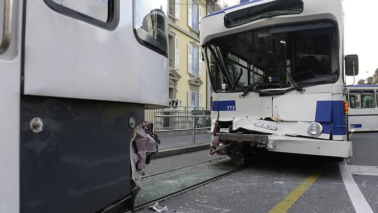Acht Verletzte beim Zusammenstoss eines städtischen Busses mit einem Regionalzug in Lausanne.