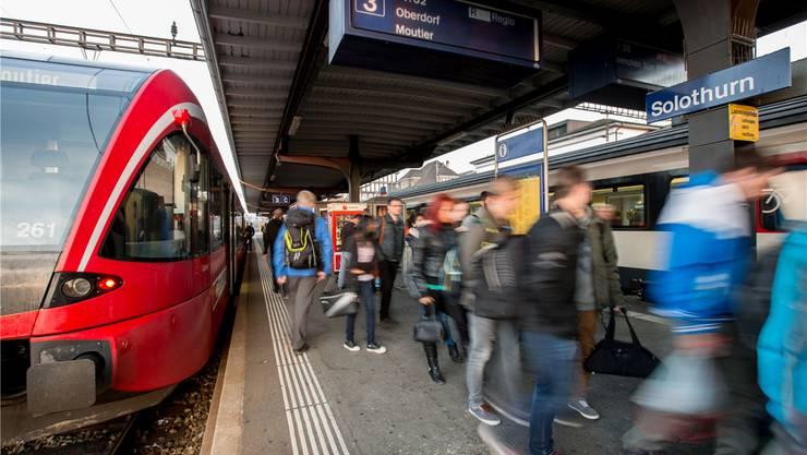 In Solothurn haben die Nutzer der Bahnlinie Solothurn-Moutier Anschluss an Zürich, in Moutier nach Basel, wobei die Umstiegszeit in Moutier knapp ist.