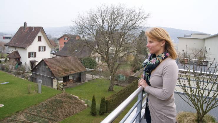 Franziska Fischer auf der Terrasse zu Hause in Otelfingen.