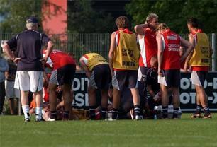 Schreiend blieb Marco Streller liegen. Im Training mit der Nati hatte er sich am 30. Mai 2004 einen Schien- und Wadenbeinbruch zugezogen. Er sollte für ein halbes Jahr ausfallen und die EM in Portugal verpassen. Er sagte: «Kein Schienbeinschoner der Welt hätte diese Verletzung verhindern können.»