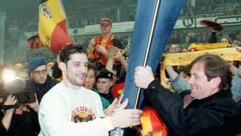 27. März 1997: Berns Captain Roberto Triulzi holt sich nach dem Sieg über den EVZ den Meisterpokal.