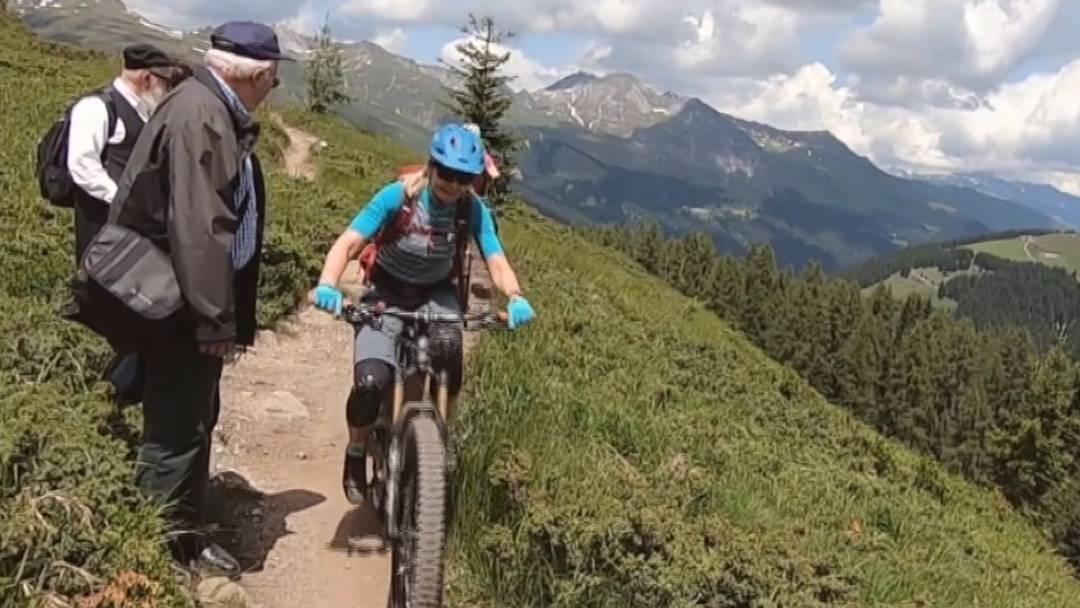 «Wir mussten in den Graben springen»: E-Mountainbiker ärgern Wanderer