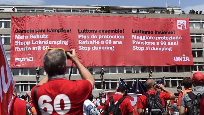 Mitglieder der Gewerkschaft UNIA demonstrieren gegen Lohndumping (Archiv).