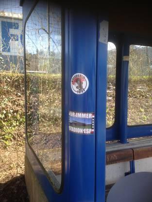Diese Kleber zierten das Buswartehäuschen an der Haltestelle Esp in Fislisbach. Die Entfernung war schwierig.