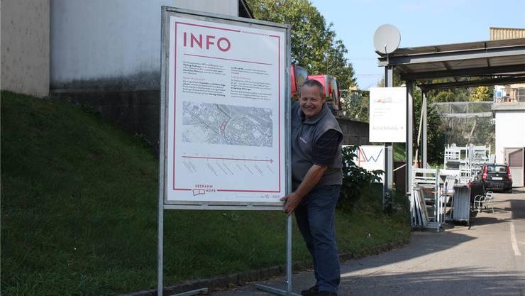 Martin Weber zeigt die verstellbaren Standfüsse seines Plakatständers.