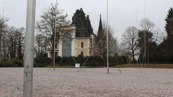 Die Bauprofile zeigen, wo die Stiftung Mehrfamilienhäuser auf dem jetzigen Parkplatz des Schlossparks bauen will.