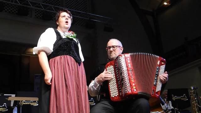 «So tönt's ar HESO»: Solojodlerin Claudia Fabregas in Begleitung von Hanspeter Eggenberger