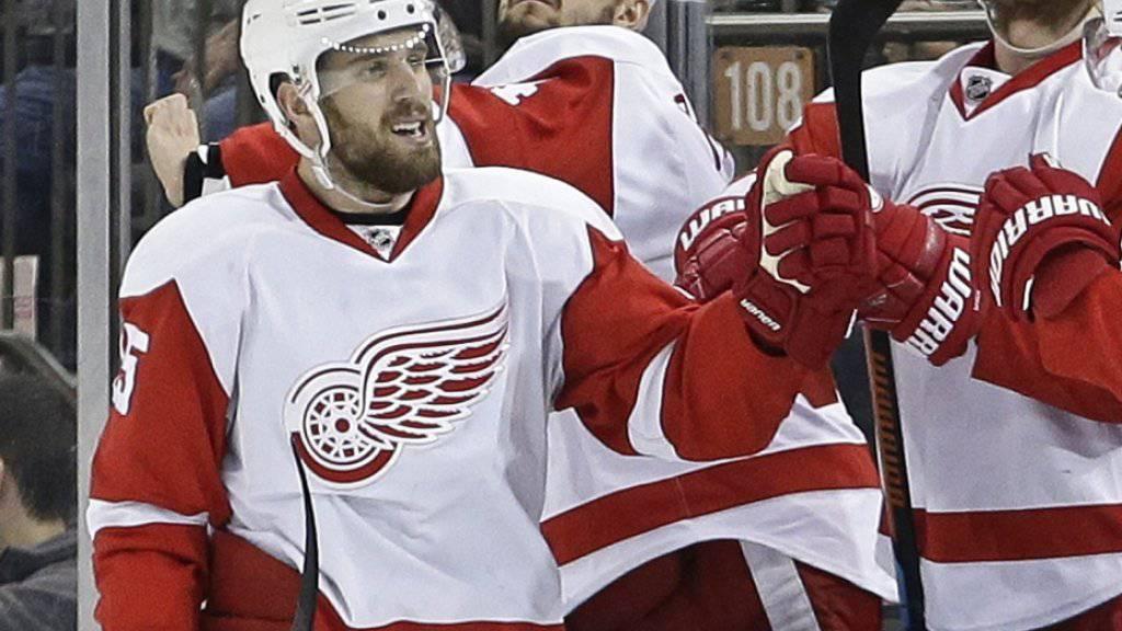Aufatmen bei den Detroit Red Wings: Die Spieler um Riley Sheahan (li.) stehen zum 25. Mal in Folge in den NHL-Playoffs