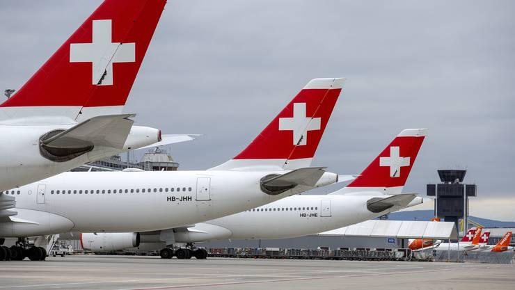 Wie diese Flugzeuge auf Passagiere warten, so wartet die Swiss derzeit auf die Überweisung von Bankkrediten.