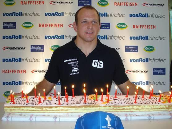 Als es noch zu feiern gab: Geburtstagskind Bruno Gisler mit 1-Meter-Crèmeschnitte und 30 Kerzen.